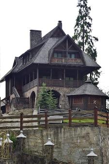 Un très vieux bâtiment d'hôtel à deux étages ou juste une habitation sur une colline de pierre dans la vieille ville