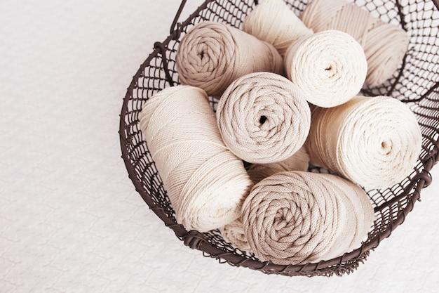 Tressage en macramé fait main et fils de coton dans un panier