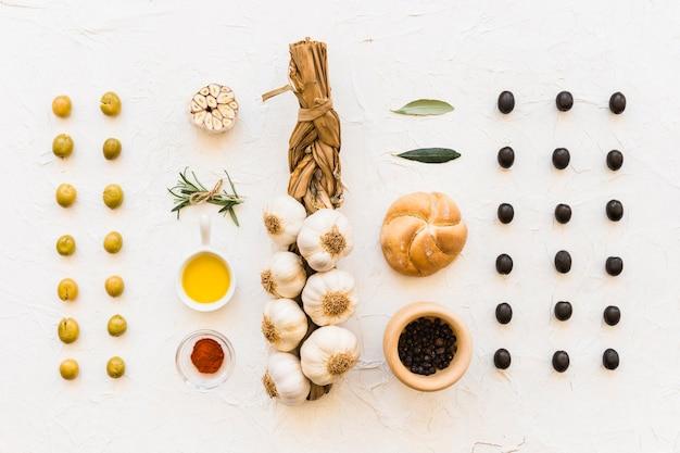 Tresse d'ail avec olives, chignon et ingrédients