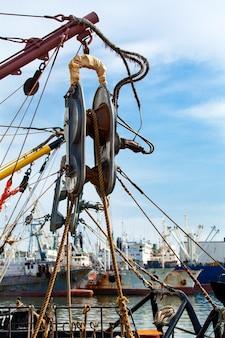 Le treuil à bord du bateau de pêche au kamchatka