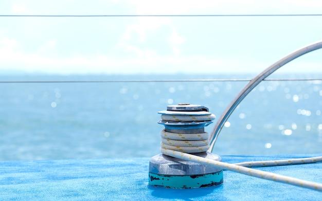Treuil pour voiliers et détail de yacht à corde avec mise au point sélective.