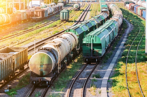 Tri du wagon de fret sur le chemin de fer lors de la formation du train.