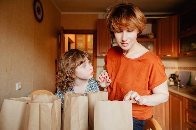 Tri familial de livraison de nourriture à la cuisine