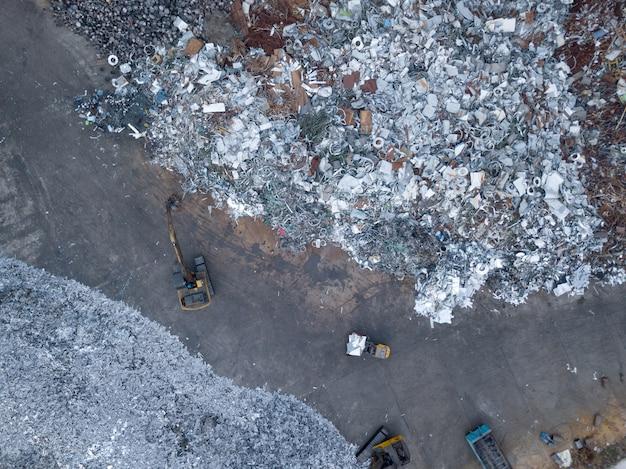 Tri de ferraille vue de dessus photographie aérienne d'un drone.