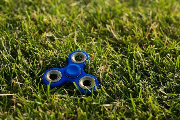 Tri fidget hand spinner sur l'herbe