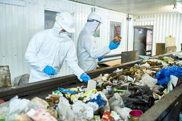 Tri sur une usine de recyclage de déchets