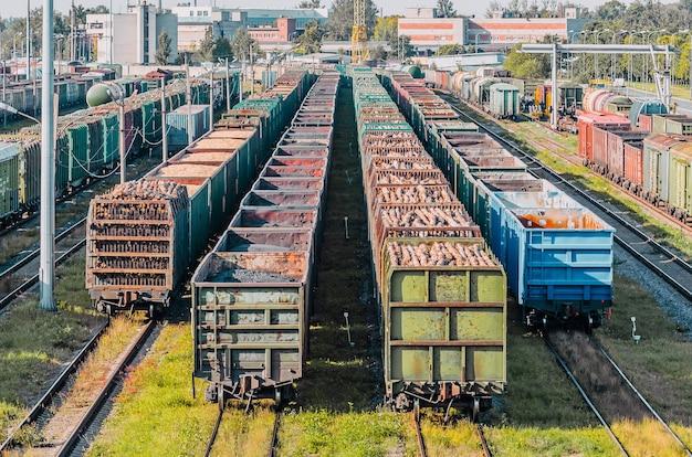 Tri des wagons de marchandises sur le chemin de fer tout en constituant le train.