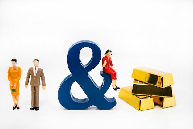 Triangle amoureux. photo abstraite de l'amour et des amoureux. grandes lettres en bois avec de petites figures en plastique.