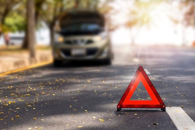 Triangle rouge, panneau d'arrêt d'urgence rouge