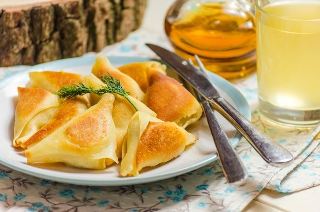 Triangles rôtis à la viande, restauration rapide à partir d'aliments prêts à l'emploi