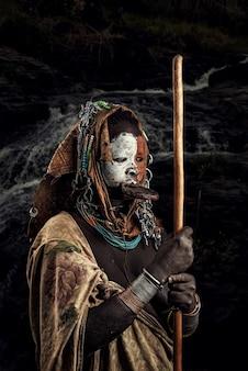 Tribu surmi avec costume traditionnel suri ou surma vivent dans la vallée de l'omo parc national de l'omo en éthiopie