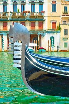 Tribunes de gondoles amarrées sur le grand canal à venise, italie