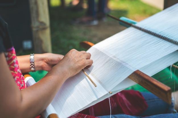 Les tribus montagnardes de thaïlande en train de tisser à chiang rai