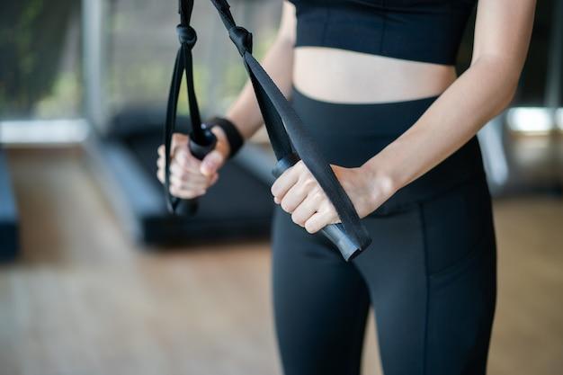 Triceps d'entraînement femme soulever des poids dans une salle de sport