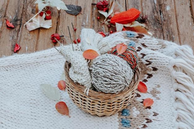 Tricot d'automne de vêtements chauds boules de laine d'aiguilles à tricoter des choses faites maison avec une idée d'amour pour ...