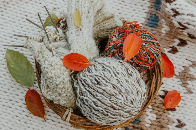 Tricot d'automne de vêtements chauds. boules de laine d'aiguilles à tricoter. des choses faites soi-même avec amour. idée de cadeaux faits à la main.