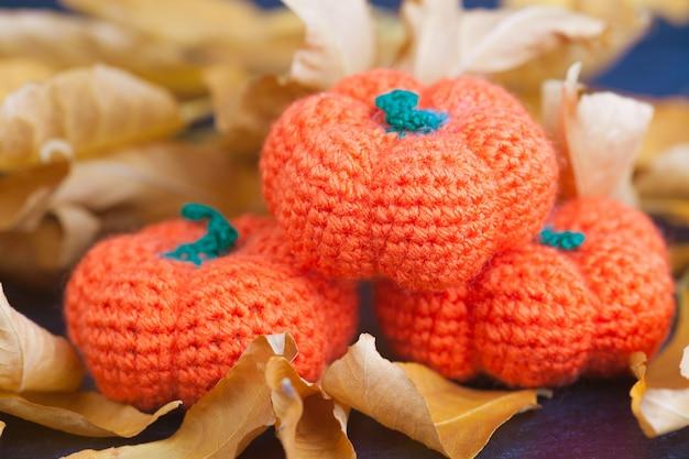 Tricoté petites citrouilles, à la main, passe-temps. amigurumi. décor de fête d'halloween