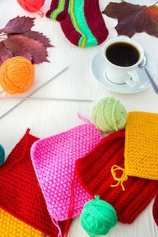 Tricoter avec une tasse de café