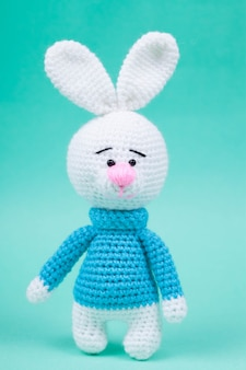 Tricotés petits lapins à la main