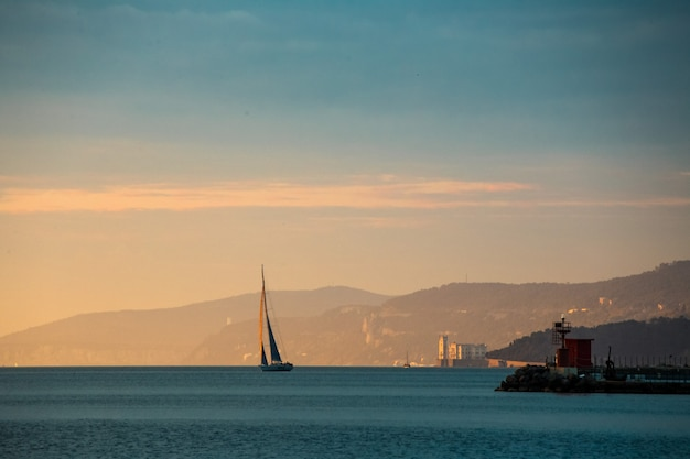 Trieste coastalglimpse au coucher du soleil