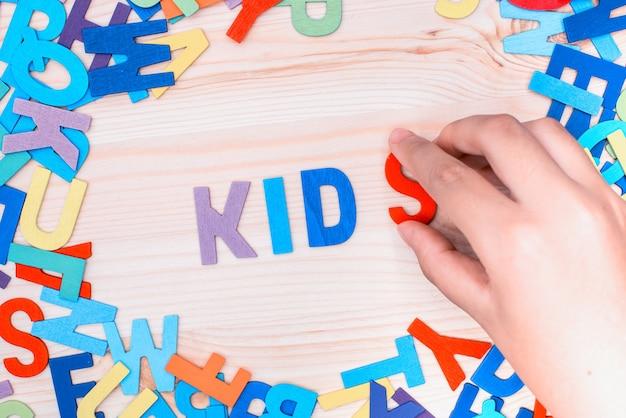 Triez les lettres colorées en mots, apprenez et jouez à l'alphabet. activités de retour à l'école