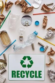 Triez vos ordures froissées papier d'aluminium et plastique