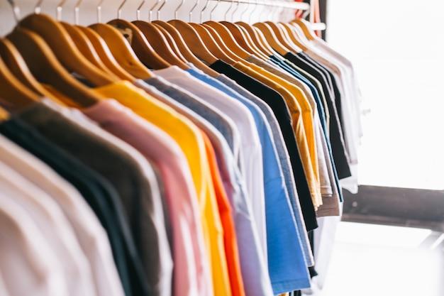 Tringle à vêtements avec t-shirts