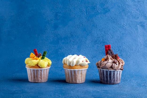 Trio de muffins gourmands sucrés à la fraise sur lilas