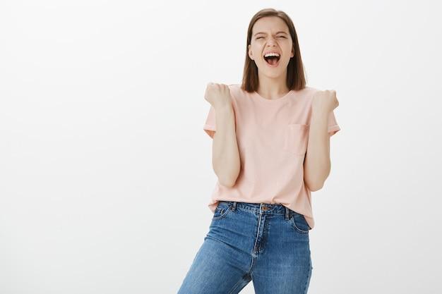 Triomphe femme réussie se réjouissant de la victoire, atteindre l'objectif, célébrer la victoire