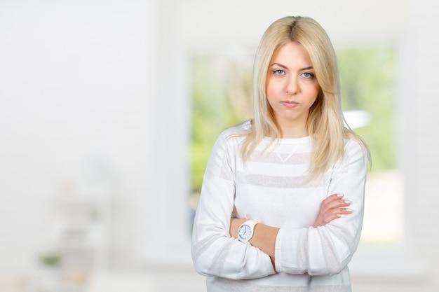 Triste belle jeune femme blonde