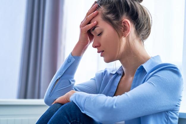 Triste dépressive solitaire malheureuse femme désespérée perdue dans ses pensées en pensant aux difficultés de la vie et inquiète