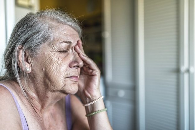 Triste déprimé, stressé, réfléchi, senior, vieille femme, sombre, inquiet, couvrant son visage