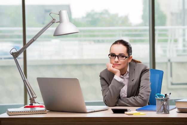 Triste femme d'affaires travaillant à son bureau