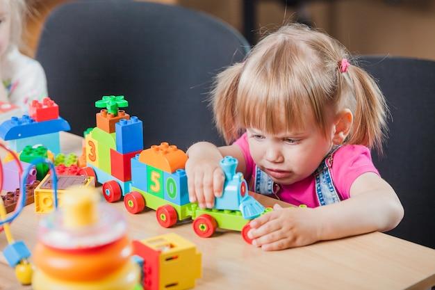 Triste fille avec un jouet