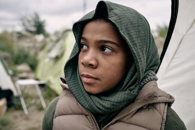 Triste fille noire réfugiée