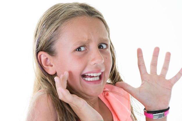 Triste fille offensée pleure un enfant dans une décoration blanche de hanoukka