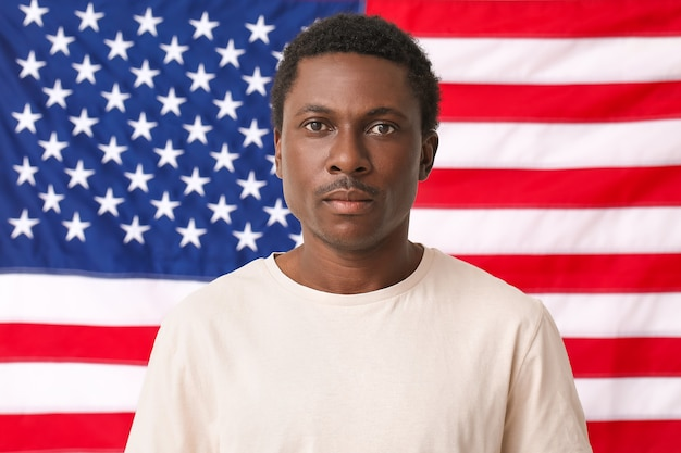 Triste homme afro-américain près du drapeau national des états-unis. arrêtez le racisme