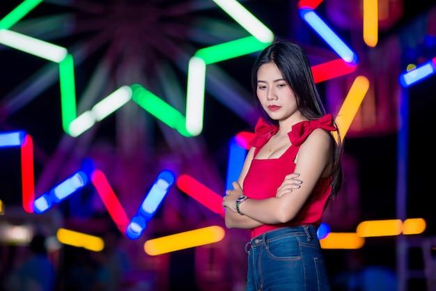 Triste jeune femme avec des lumières de la ville bokeh abstraite
