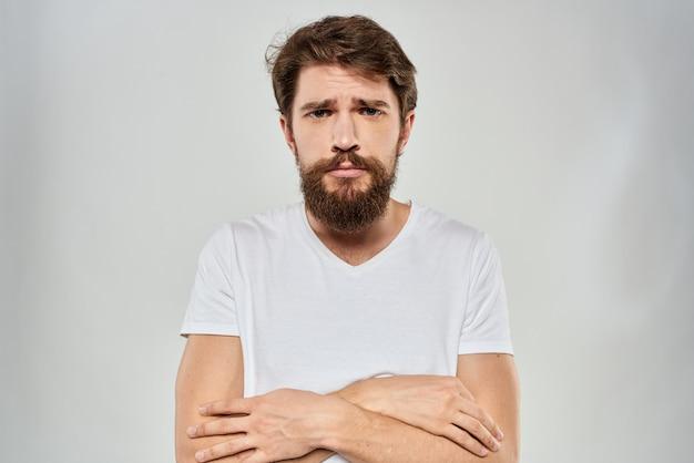 Triste jeune homme avec une barbe