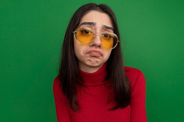 Triste jeune jolie fille caucasienne portant des lunettes de soleil