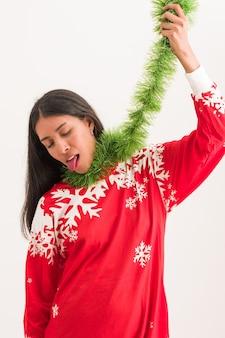 Triste jeune latina déteste noël et nouvel an expression drôle