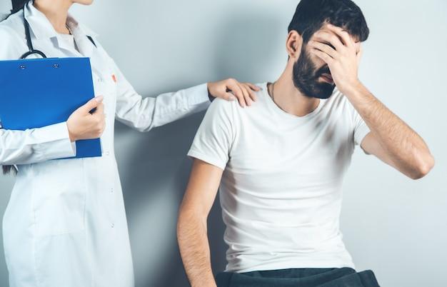 Triste malade et docteur main documanet