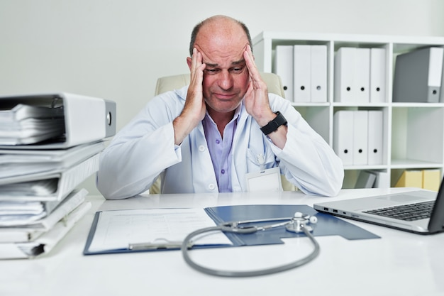 Triste médecin généraliste frustré