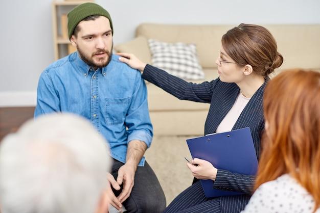 Triste participante à une séance de thérapie de groupe