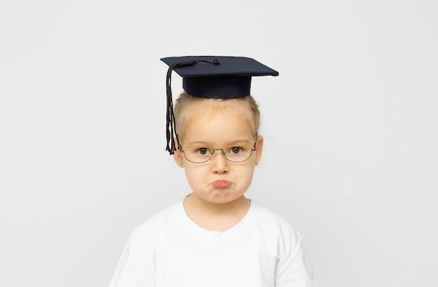 Triste petit étudiant isolé sur un fond blanc