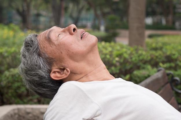 Triste retraité senior homme assis dans le parc public