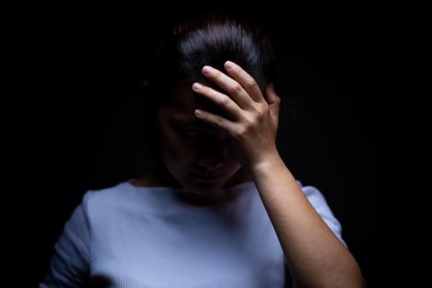 Tristesse d'une femme dans le noir