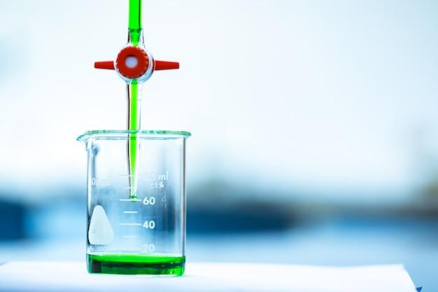 Tritration et plus grand avec le liquide vert.