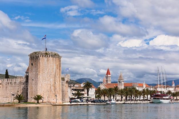 Trogir est une ville historique et un port sur la côte adriatique en croatie