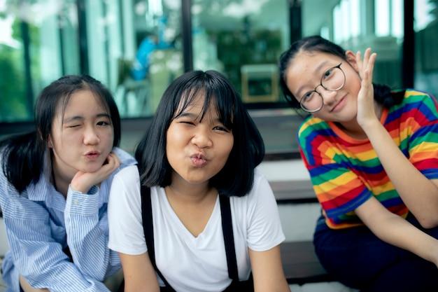 Trois adolescent asiatique souriant et faisant des grimaces